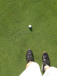 Kikkor-Golf-Shoes-putting-green